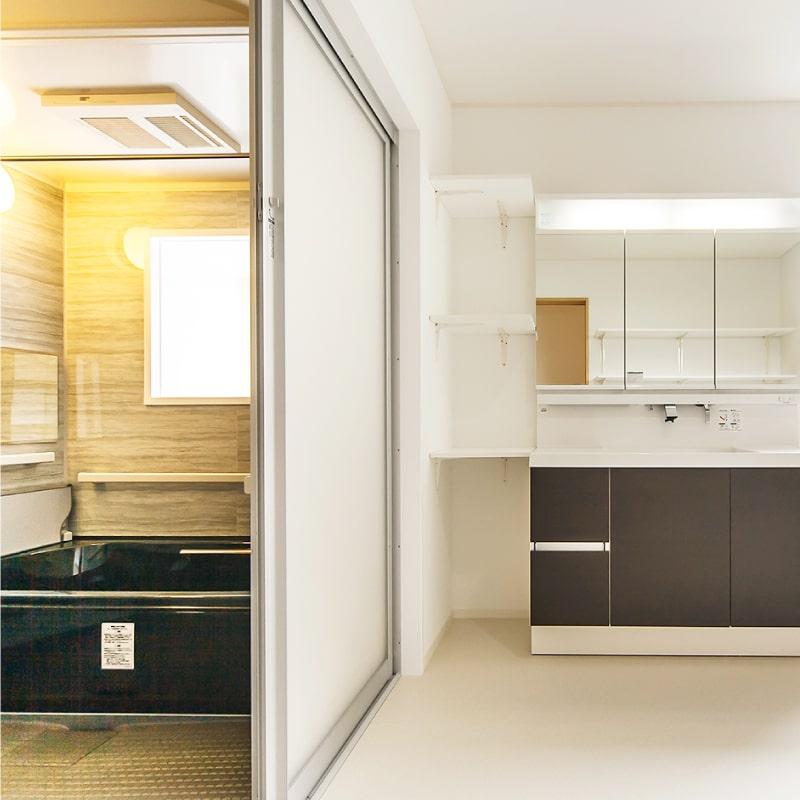 狭くて古い0.75坪の浴室を、増築。洗面室も改修、バリアフリーで広々空間へ。