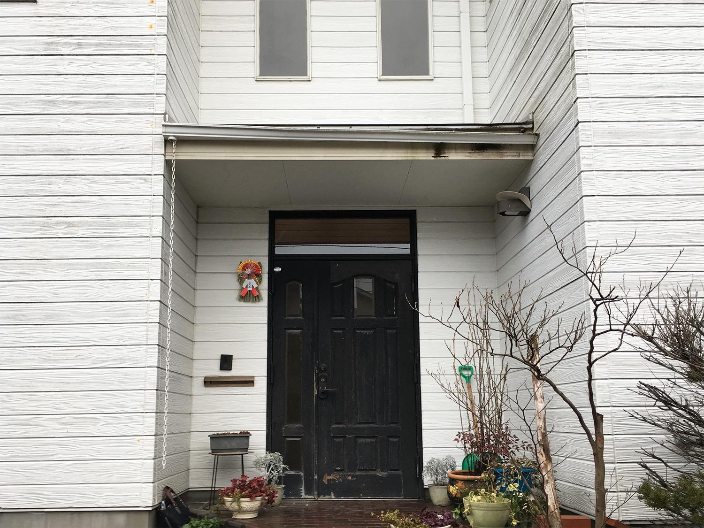 【ダイク株式会社】ボロボロになった木製の玄関ドアを一新!