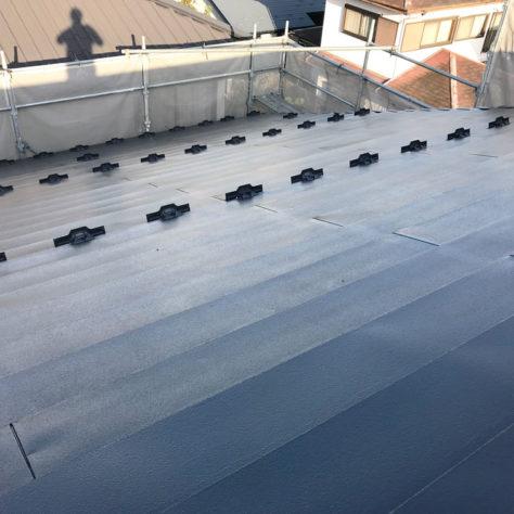 色あせが気になる・・・そんな屋根に塗装工事🏡
